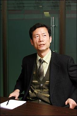 뉴라이트재단 기관지인 계간 <시대정신> 편집위원 김영환씨. 80년대 '강철서신'으로 활약했다 전향한 주사파 운동권이라는 이력이 그에게는 늘 꼬리표처럼 따라다닌다.