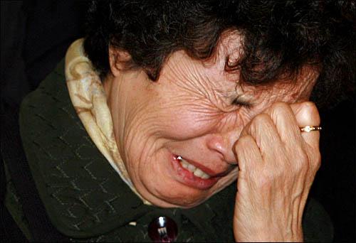 인혁당 사건에 연루된 이들에 대해 서울중앙지법이 23일 오전 무죄를 선고하자 유가족들이 통한의 눈물을 흘리고 있다.