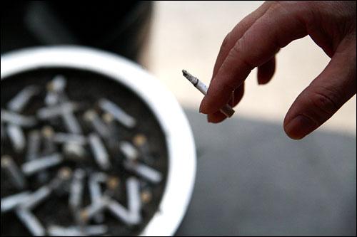담배를 피고 있는 사람의 손.