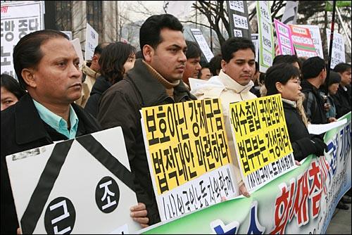 여수 외국인보호소 화재참사를 규탄하는 기자회견이 13일 오후 서울 세종로 정부중앙청사앞에서 이주노동자들과 시민단체 회원들이 참석한 가운데 열렸다.
