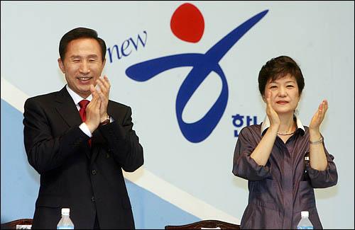 한나라당 대선 후보선출 제5차 합동연설회가 1일 오후 강원도 춘천 호반체육관에서 열렸다. 이명박 후보와 박근혜 후보가 연설회에 앞서 박수를 치고 있다.