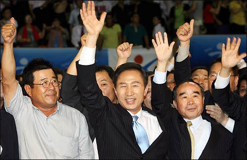 5일 오후 한나라당 대선 후보선출 제7차 합동연설회가 열린 전남 광주 구동실내체육관에 이명박 후보가 백일섭씨 등 지지자들과 함께 입장하고 있다.