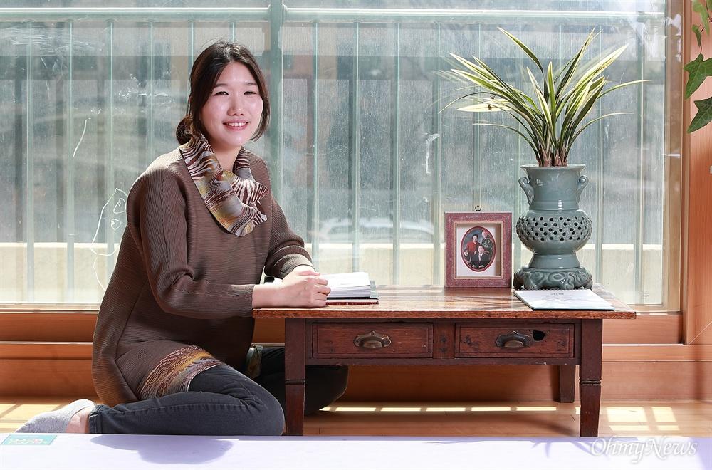 고 김근태 의원 딸 김병민씨가 아버지가 사용하던 오래된 책상앞에 앉아 있다.