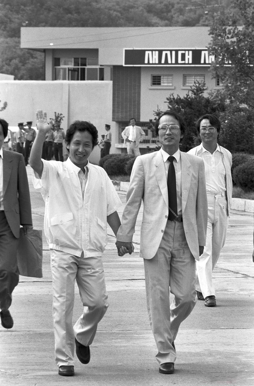 김근태 의장과 장영달 부의장. 1988년 김근태 의장이 김천교도소에서 출소할 때의 모습