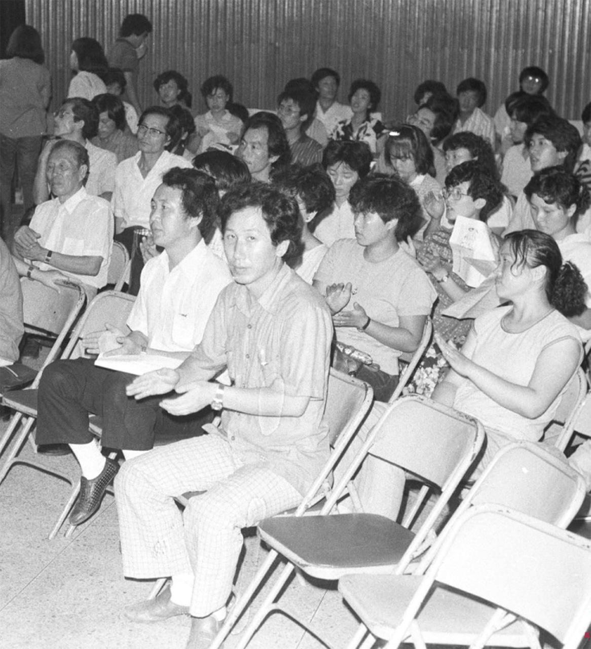 1984년 8월, 흥사단에서 열린 '전두환 방일 반대'를 겸한 민청련 8·15 집회에서 나란히 자리한 최민화와 김근태. 김근태 바로 뒷자리는 부인  인재근.