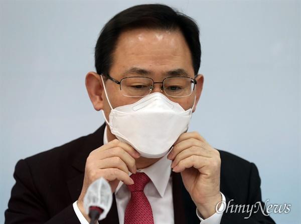 국민의 힘 주호영 원내 대표가 5 일 오전 국회에서 열린 원내 - 법사위원회 간담회에서 발언을 마친 뒤 마스크를 고쳐 쓰고있다.