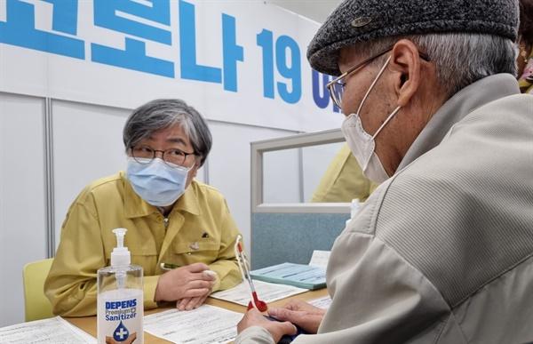 정은경 중앙방역대책본부장(왼쪽)이 8일 세종시 아름동 예방접종센터를 찾아 코로나19 백신 접종 전 문진을 하는 등 자원봉사를 하고 있다.